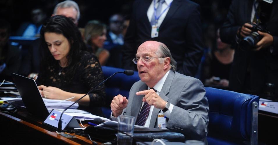 29.ago.2016 - O advogado Miguel Reale Jr questiona a presidente afastada, Dilma Rousseff, sobre a emissão de decretos de créditos sem a autorização do Congresso e sobre reuniões sobre os decretos com ministros e secretários