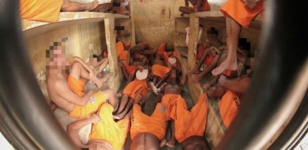 Detentos se encolhem e se revezam para dividir espaço em cela em Pedrinhas (MA)