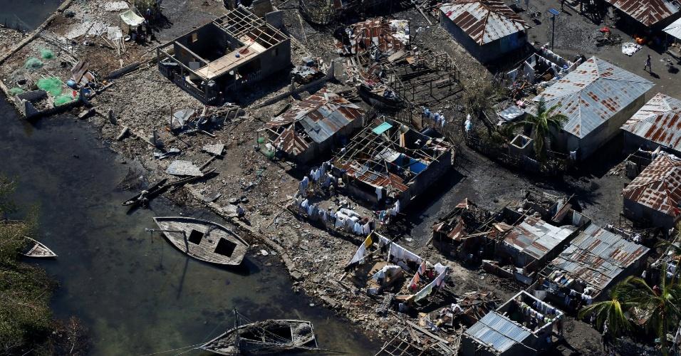 8.out.2016 - Casas destruídas após passagem do furacão Matthew por Corail, no Haiti