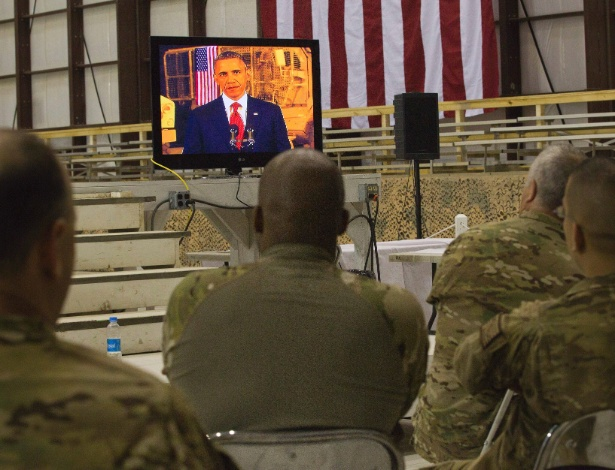 1.mai.2012 - Membros do Exército escutam a discurso do presidente Barack Obama na base aérea de Bagram, no Afeganistão