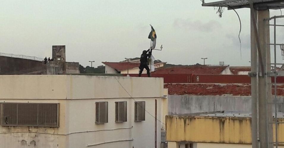 27.jan.2017 - Agentes hastearam bandeiras do Rio Grande do Norte e do Brasil no telhado da penitenciária de Alcaçuz, em Nísia Floresta (Grande Natal), para simbolizar a reconquista do local