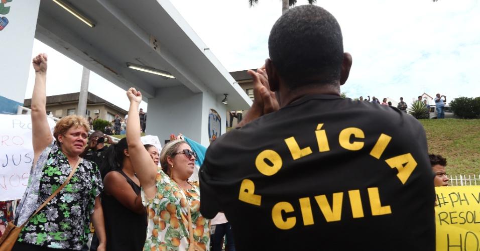 9.fev.2017 - Um policial civil participa de um protesto pedindo melhores condições de trabalho para a categoria, diante da paralisação da Polícia Militar desde o sábado (4)