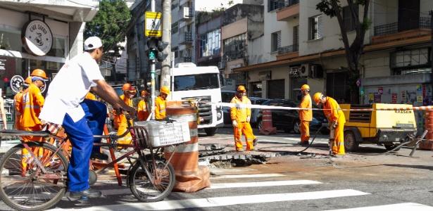 Funcionários trabalham no cruzamento no Bom Retiro, região central de São Paulo, onde uma cratera bloqueia parte da via