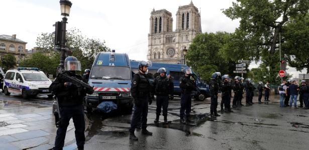 6.jun.2017 - Polícia francesa isola área onde ocorreu o incidente na catedral de Notre Dame