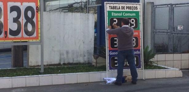 Funcionário de um posto em SP muda os preços na manhã desta sexta-feira