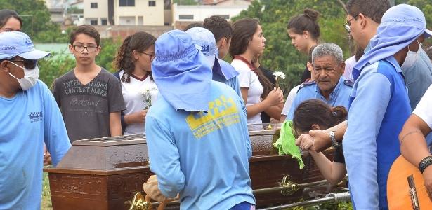 21.out.2017 - Vítimas de atirador foram enterradas no sábado (21) em Goiânia