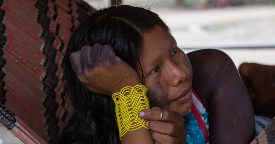 1º.dez.2017 - Adolescente xikrin descansa após a confecção de artigos artesanais