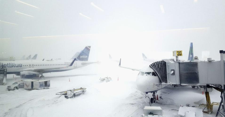 Aviões esperam sob a tempestade de neve no aeroporto JFK, em Nova York