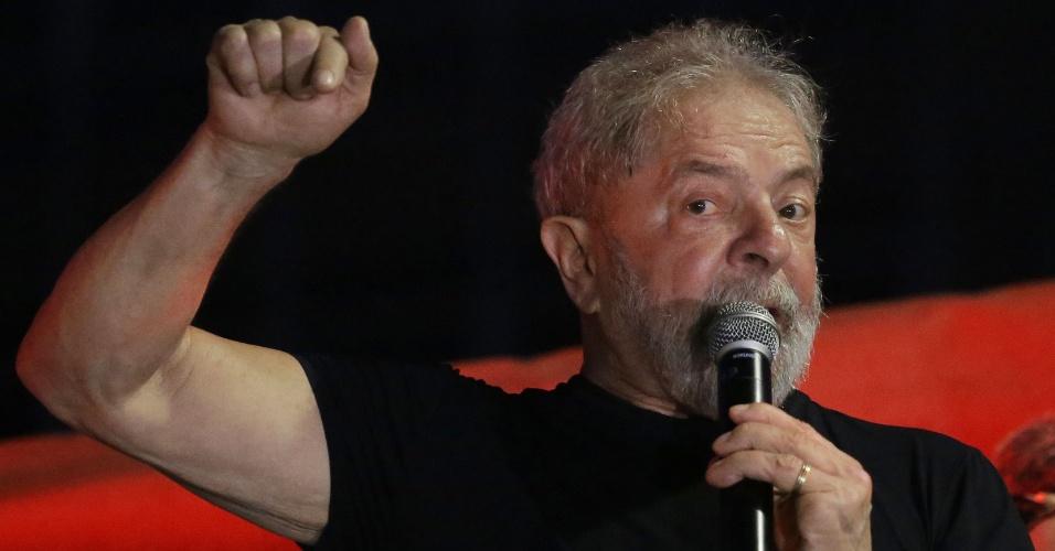 Após confirmada sua condenação, ex presidente Lula participa de ato promovido pela CUT na Praça da República em São Paulo