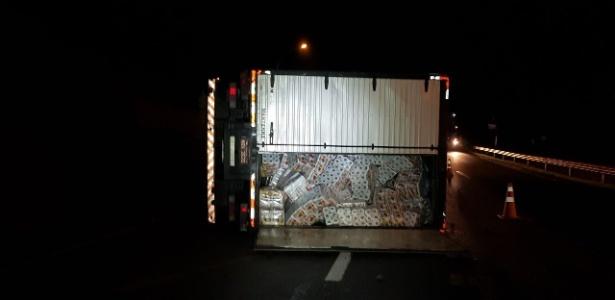 Caminhão tombou durante tentativa de assalto na rodovia Régis Bittencourt