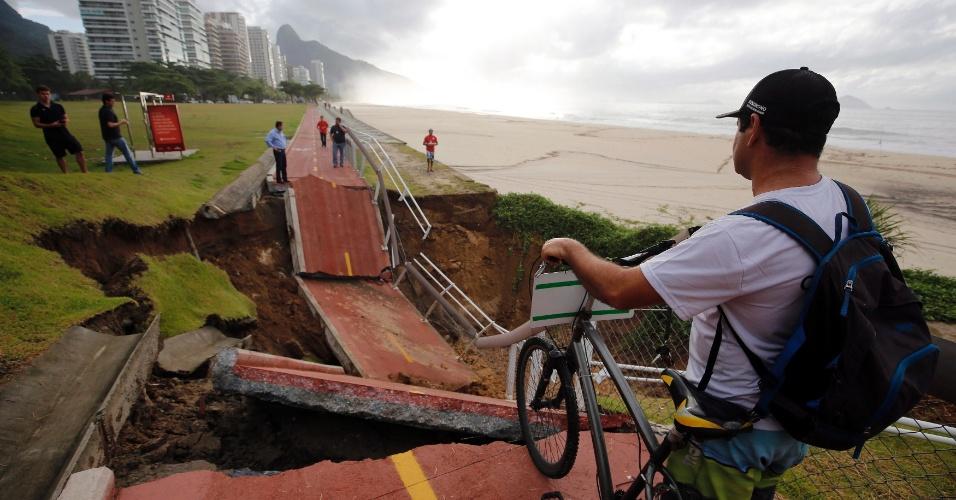 15.fev.2018 - Um trecho da ciclovia Tim Maia, em São Conrado, desabou por causa da chuva. O solo cedeu e o local ainda não foi isolado. Segundo o Twitter Mobilidade Zero, a prefeitura pede que as pessoas não se aproximem do local