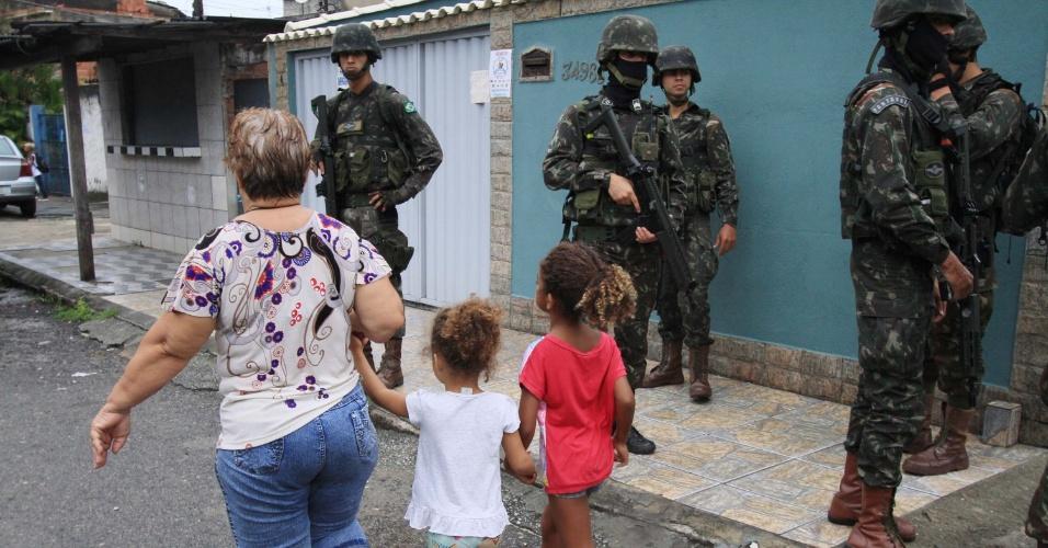 23.fev.2018 - Agentes das Forças Armadas e das polícias Civil e Militar realizam operação na comunidade da Vila Kennedy, zona oeste do Rio de Janeiro (RJ). Até o início da manhã não haviam sido registrados confrontos entre as forças de segurança e membros do crime organizado. Ao menos dois suspeitos foram presos
