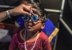 Mais de um bilhão de pessoas no mundo precisam de óculos, mas não os têm - Atul Loke/The New York Times