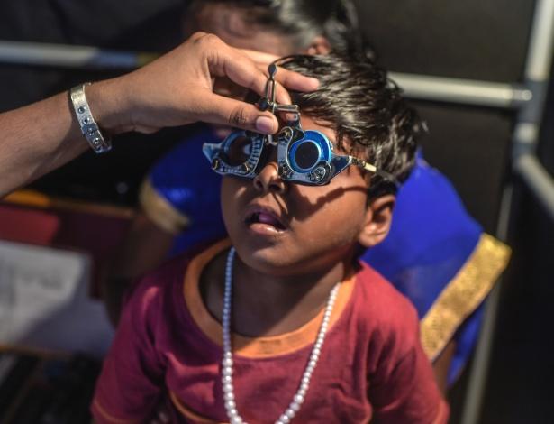 Menino faz exame de visão em hospital em Pondicherry, na Índia
