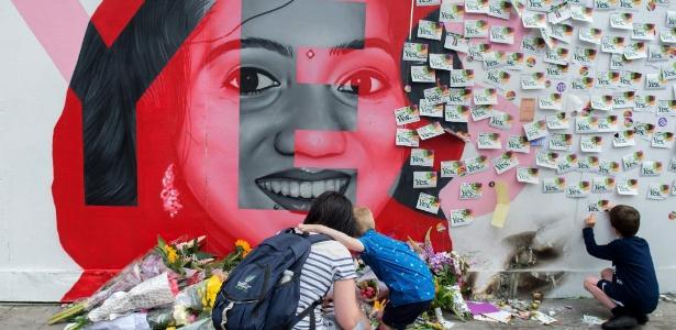 26.mai.2018 - Irlandeses prestam tributo a dentista indiana Savita Halappanavar, 31, que morreu em 2012 por causa de complicações de um aborto quando estava com 17 semanas de gestação, em Camden Street, Dublin (Irlanda) - Barry Cronin/AFP