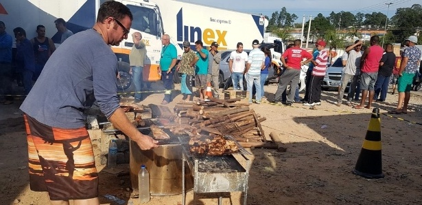 Caminhoneiros fazem churrasco em ponto de concentração em Embu das Artes (SP)