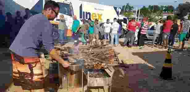 Caminhoneiros fazem churrasco em ponto de concentração em Embu das Artes (SP) - Felipe Souza/BBC