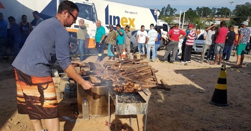 29.mai.2019 - Caminhoneiros fazem churrasco em ponto de concentração em Embu das Artes (SP)