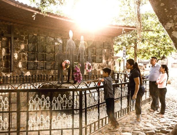 Família visita memorial às vítimas do massacre de 1981 em El Mozote