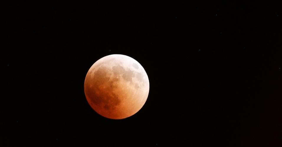 27.jul.18 - A lua de sangue vista de Thymari, perto de Atenas