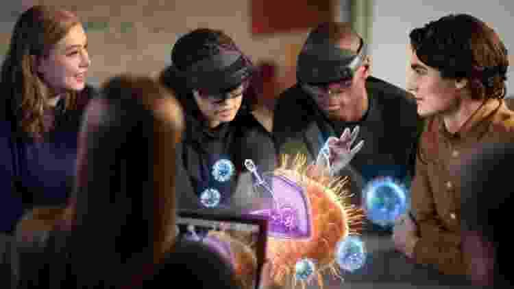 Jovens usam o Hololens 2 para estudar a estrutura de uma célula - Divulgação/Microsoft - Divulgação/Microsoft