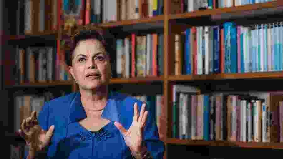 Retrato da ex presidente Dilma Rousseff em seu apartamento em Porto Alegre - Lucas Lima/UOL
