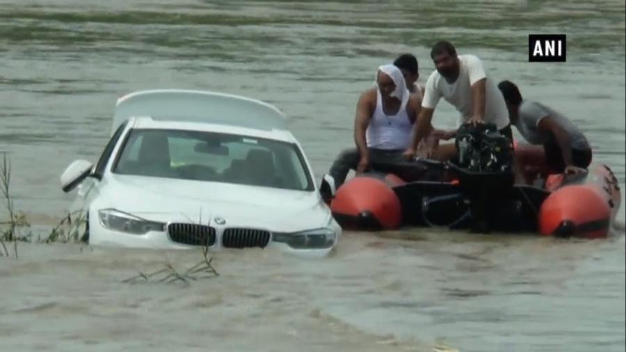 Incidente aconteceu na sexta-feira; pai afirma que carro foi parar na água após filho desviar de animal em pista - The Times of India/Reprodução