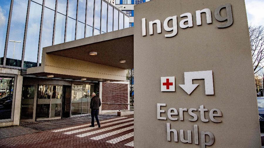 6.mar.2020 - Entrada do hospital Ikazia de Roterdã (Holanda), onde morreu a primeira vítima do coronavírus no país - Robin Utretch/AFP