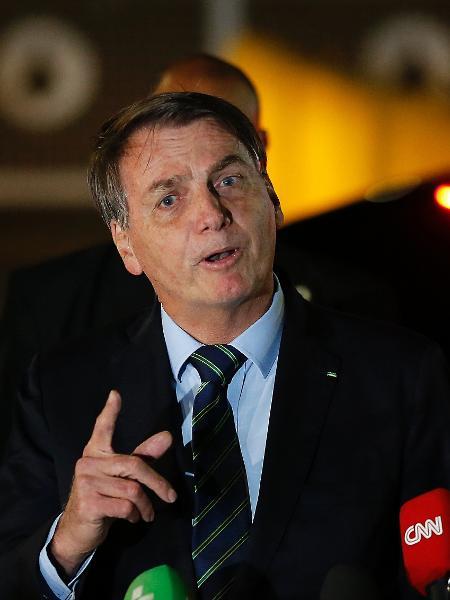 28.abr.2020 - O presidente Jair Bolsonaro (sem partido) fala com jornalistas na portaria do Palácio da Alvorada, em Brasília - Dida Sampaio/Estadão Conteúdo