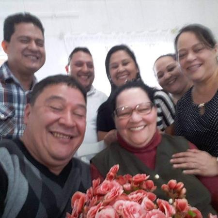 Cecília Almeida, de 69 anos (centro), perdeu o marido e quatro filhos; quinto está internado - Arquivo Pessoal