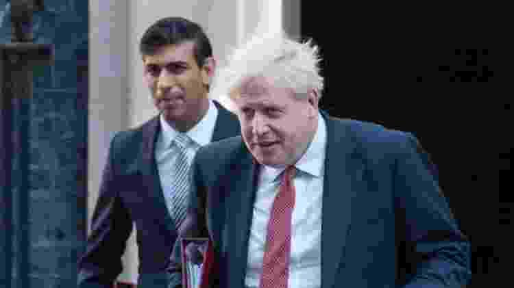 Ministro das finanças Rishi Sunak e primeiro-ministro Boris Johnson (à direita) estão se isolando depois que ambos entraram em contato com ministro da Saúde, cujo teste deu positivo para coronavírus - Getty Images - Getty Images