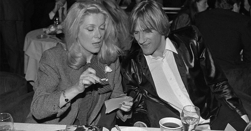 22.jul.2015 - Os astros do cinema francês, Catherine Deneuve e Gerard Depardieu, veem fotografias em clube de Nova York (EUA). A fotografia faz parte da exposição
