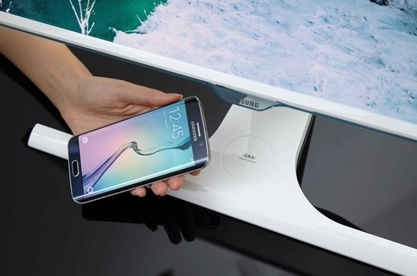 27.jul.2015- A Samsung apresentou o primeiro monitor equipado com carregador sem fio para smartphones. Com tela full-HD nas versões 23,6 polegadas ou 27 polegadas, a série SE370 conta com tecnologia anti-tremulação e visualização angular de 178 graus. A empresa sul-coreana não informou quando e nem onde pretende lançar os produtos - muito menos por quanto