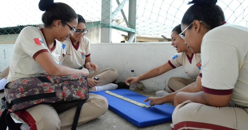 Jogos de tabuleiro e atividades na quadra garantem horário de lazer para estudantes de Escola Militar em Maceió
