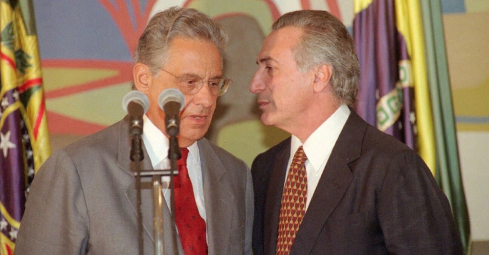23.set.1997 - O presidente Fernando Henrique Cardoso e o presidente da Câmara, Michel Temer, conversam na cerimônia de sanção do novo Código Nacional de Trânsito, no Palácio do Planalto
