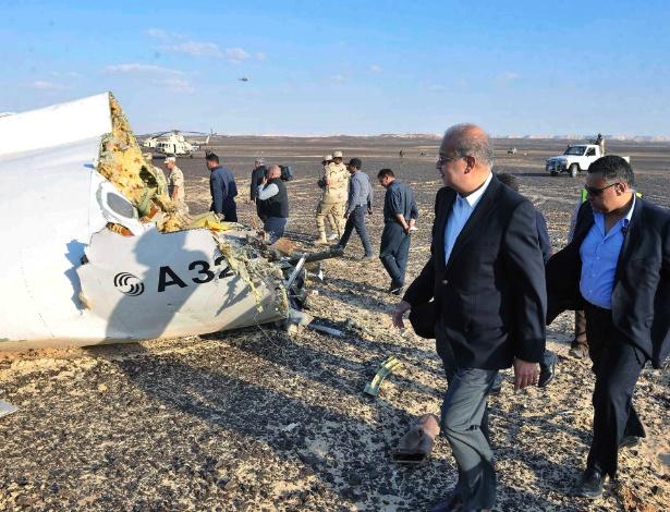 31.out.2015 - O primeiro-ministro do Egito, Sherif Ismail, vistoria o local onde ficaram espalhados os destroços do avião russo que caiu no Egito com 224 pessoas a bordo