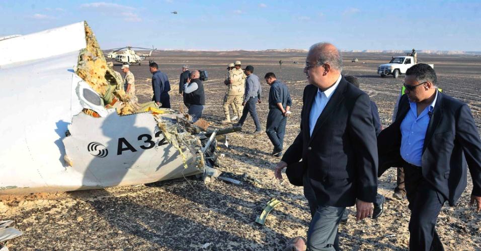 31.out.2015 - O primeiro-ministro do Egito, Sherif Ismail, vistoria o local onde estão espalhados os destroços do avião russo que caiu nesta manhã. O acidente provocou 224 mortes. Segundo autoridades locais, 129 corpos já foram recuperados e transferidos para um necrotério da região. O avião, um Airbus-321 da companhia Kogalimavia (conhecida como Metrojet), caiu na península do Sinai minutos após a decolagem, com 217 passageiros e sete tripulantes a bordo. A maioria dos passageiros era formada por turistas russos