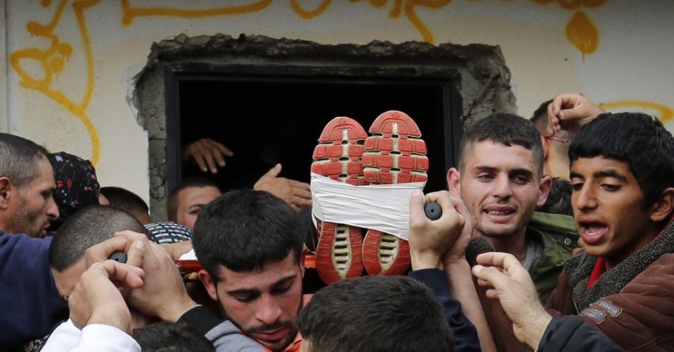 26.nov.2015 - Parentes e amigos palestinos carregam o corpo de Yahya Taha, 21, morto durante confrontos com soldados israelenses, durante o seu funeral na Cisjordânia