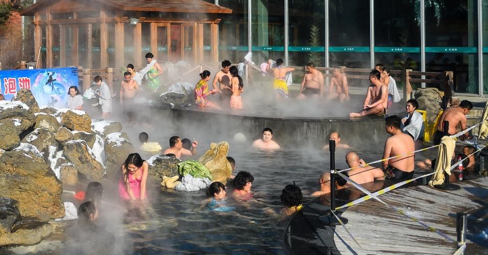6.jan.2016 - Apesar do inverno rigoroso, chineses relaxam em piscina térmica em estabelecimento de Jilin, cidade localizada no nordeste da China. Os termômetros chegaram a registrar -13ºC