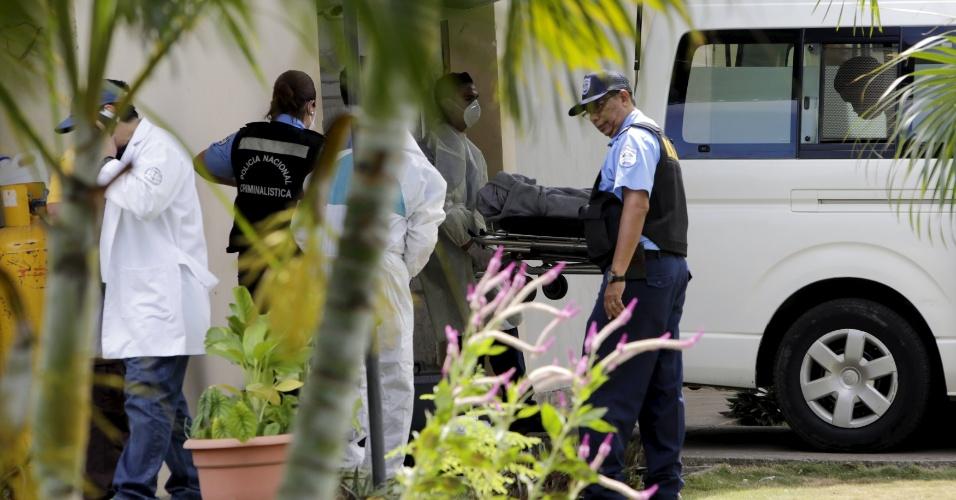 24.jan.2016 - Peritos transportam corpo de turista que morreu no naufrágio de uma lancha que levava 34 pessoas, entre elas uma brasileira, pelo litoral da Nicarágua, na noite de sábado (23). Na tragédia, 13 pessoas morreram. A brasileira, identificada como Dulce Blank, conseguiu sobreviver