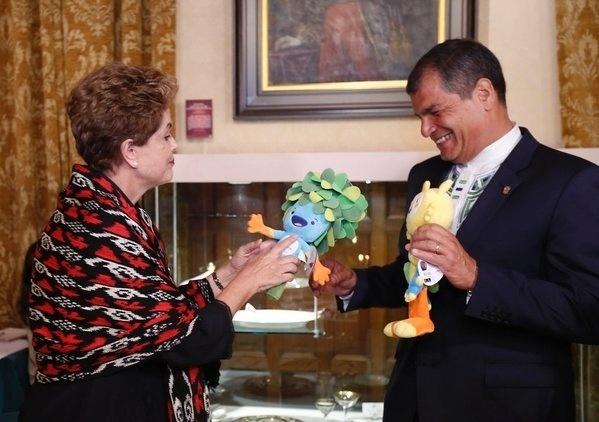 27.jan.2016 - A presidente Dilma Rousseff entregou ao presidente do equatoriano, Rafael Correa, um mascote dos Jogos Olímpicos, que acontecem este ano no Rio de Janeiro. Dilma está em Quito, no Equador para Cúpula de Chefes de Estado e de Governo da Comunidade de Estados Latino-Americanos e Caribenhos (Celac)