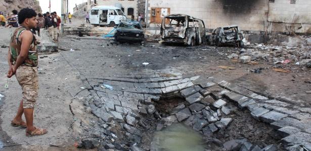 28.jan.2016 - Local onde carro-bomba explodiu, do lado de fora do palácio presidencial do Iêmen, em Áden - Saleh al-Obeidi/France Presse