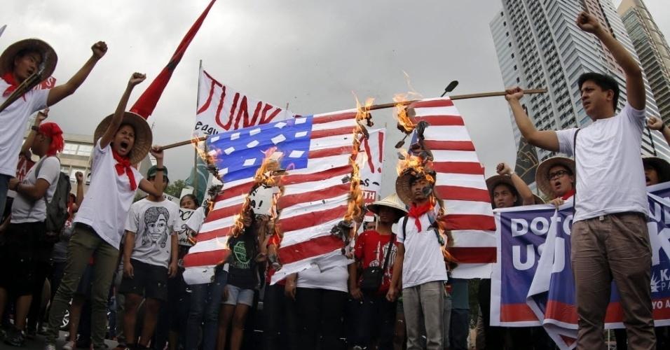 4.fev.2016 - Ativistas filipinos queimaram uma bandeira norte-americana durante protesto contra a legalidade do Acordo de Cooperação para Melhora da Defesa em frente da Embaixada dos EUA em Manila. O acordo permite uma presença mais ostensiva de tropas norte-americanas no país. A decisão foi tomada em meio à crescente tensão entre China e Filpinas pela disputa territorial no mar do sul da China
