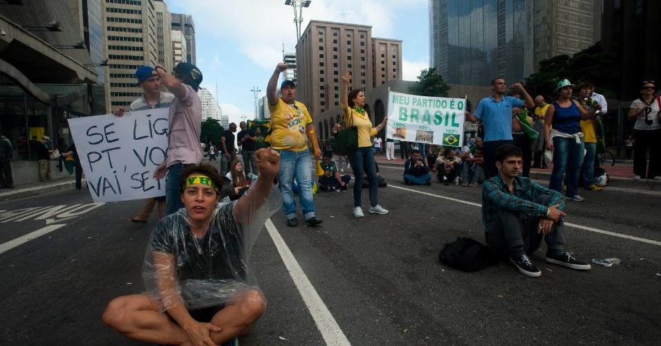 17.mar.2016 - Manifestantes fazem vigília e permanecem na avenida Paulista, em São Paulo, na manhã desta quinta-feira (17). O grupo protesta em frente ao prédio da Fiesp (Federação das Indústrias do Estado de São Paulo) e bloqueia a via nos dois sentidos