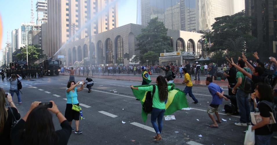 18.mar.2016 - Tropa de Choque da Polícia Militar de São Paulo usa jatos de água para retirar da via manifestantes contra o governo Dilma que estavam acampados em frente à Fiesp, na avenida Paulista, em São Paulo