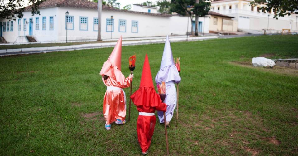 23.mar.2016 - Crianças brincam depois da procissão do Fogaréuzinho, versão mirim do tradicional Fogaréu de Goiás, manifestação católica que relembra a perseguição a Jesus Cristo