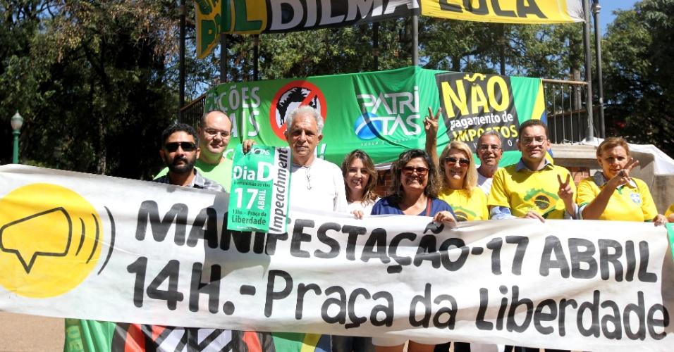 14.abr.2016 - Integrantes do movimento Vem Pra Rua, um dos grupos de oposição ao governo Dilma Rousseff, se reúnem na praça da Liberdade, em Belo Horizonte. Os manifestantes convocam os cidadãos a participarem do ato pela derrubada da presidente marcado para o próximo domingo (17), dia da votação do impeachment na Câmara dos Deputados