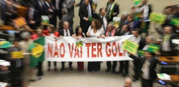 """Antes do impeachment, deputados contrários à saída da presidente Dilma carregam faixa com a frase """"não vai ter golpe"""" na Câmara"""