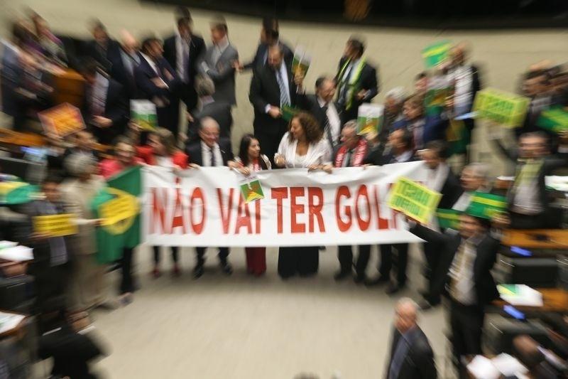 """15.abr.2016 - Deputados contrários ao impeachment da presidente Dilma Rousseff (PT) posam para fotos carregando uma faixa em apoio à petista com a frase """"não vai ter golpe"""""""