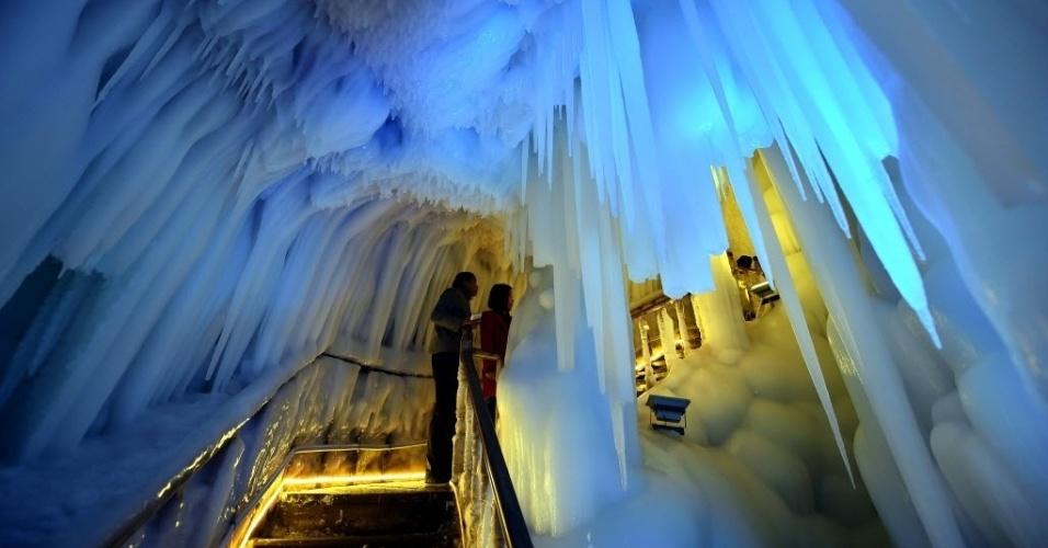 18.abr.2016 - Turistas visitam caverna de gelo em Ningwu, na China. As formações de gelo existem no local há mais de 3 milhões de anos
